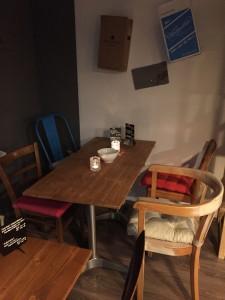 Einer der Tische im hinteren Bereich.