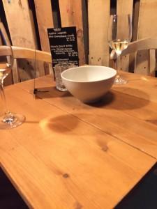 Unsere Weißweine und eine Schale mit Nüssen.