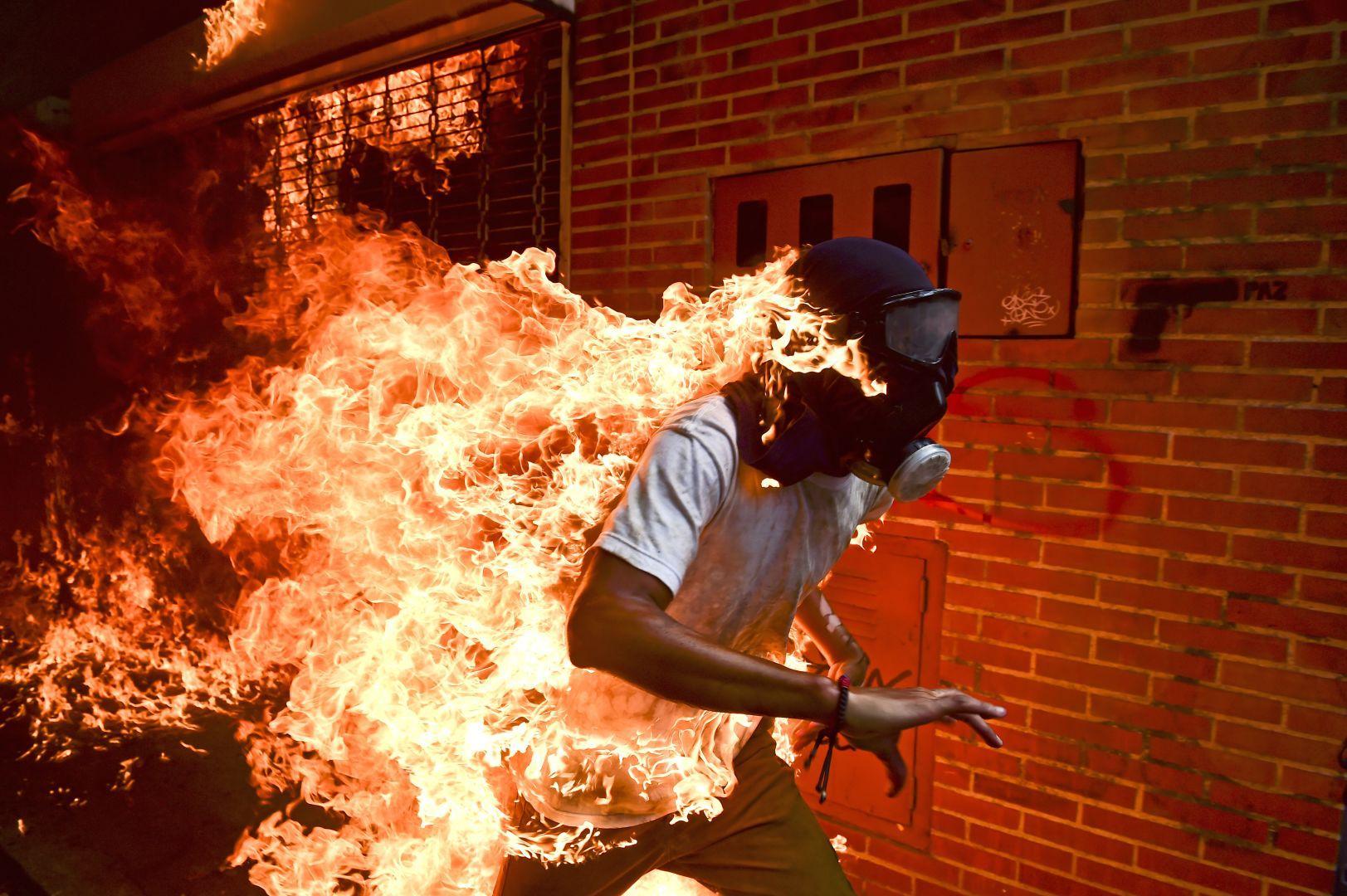 Ein brennender Mann als Symbol für ein brennendes Venezuela: Das Weltpressefoto 2018, Foto: Ronaldo Schemidt/Agence France-Presse