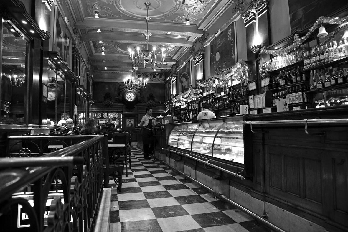 Blick in ein Caféhaus für die Ceféreise der Kolumne Hamburg.