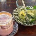 Selbstgemachter Beerenjoghurt und Zitronen-Minz-Tee, Foto: Kevin Marwäde